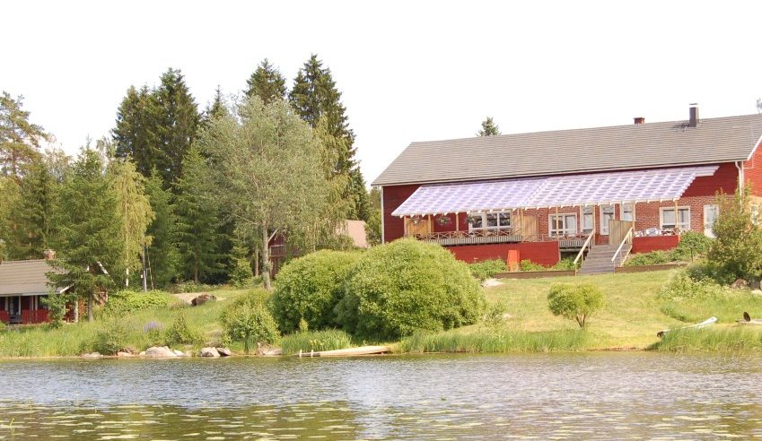 Accommodation by lake P�ij�nne